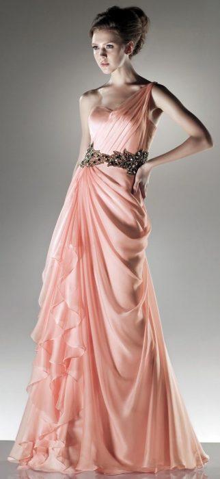 Девушка в длинном платье из шёлка и шифона