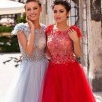Две выпускницы в длинных платьях с кружевным верхом