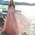 Девушка в нежно-розовом длинном кружевном платье