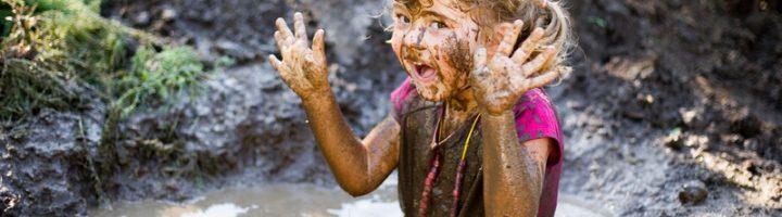 Девочка испачкалась в грязи