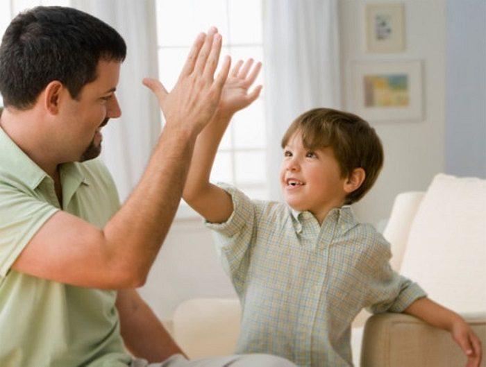 Папа хвалит сына, даёт ему ладошку