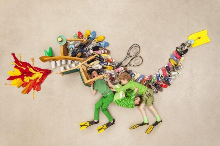 дети и вещи изображают динозавра
