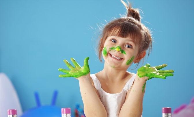 девочка вымазалась зеленой краской