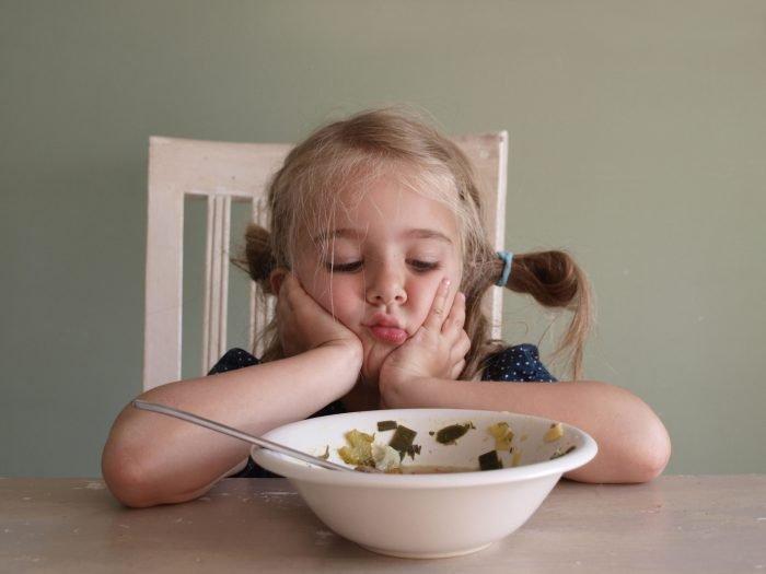 Девочка не хочет есть суп