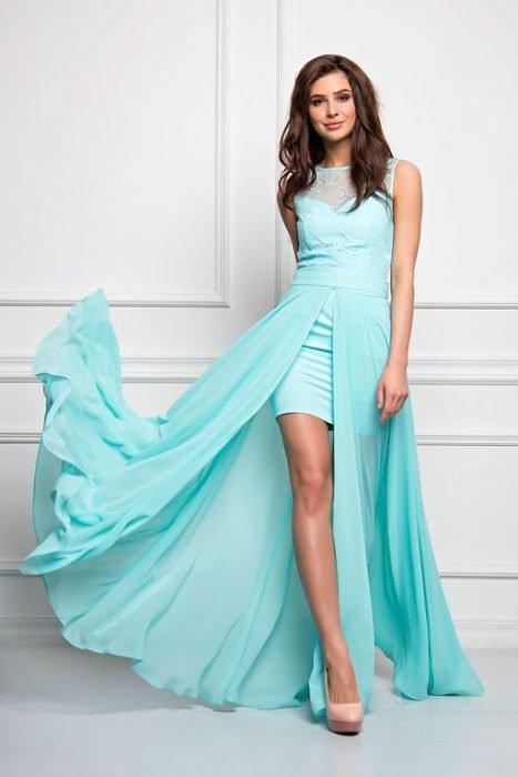 Девушка в вечернем платье мятного цвета