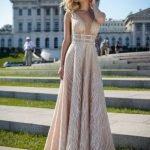 Девушка в длинном шёлковом платье бежевого цвета
