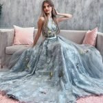 Девушка в пышном выпускном платье
