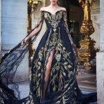 Девушка в длинном шёлковом платье с разрезом