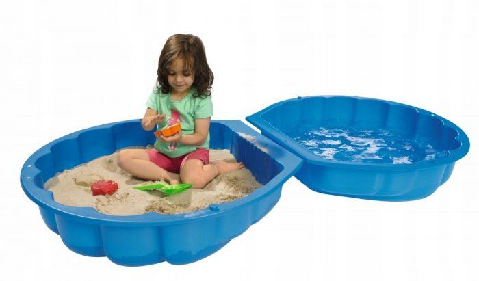 девочка играет в бассейне-ракушке