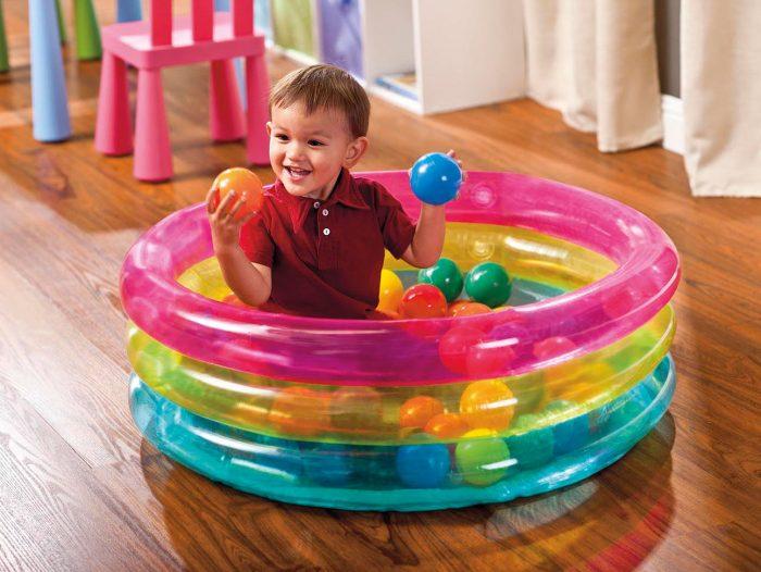 ребёнок с шариками в маленьком бассейне