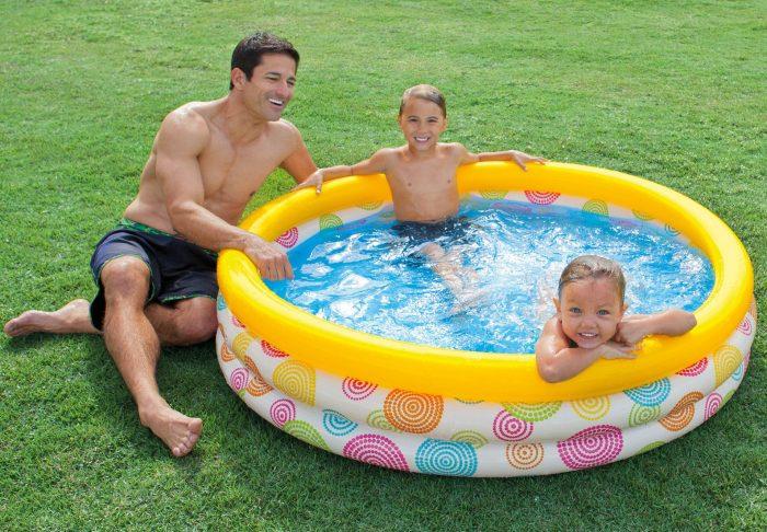 дети в недорогом бассейне среднего размера