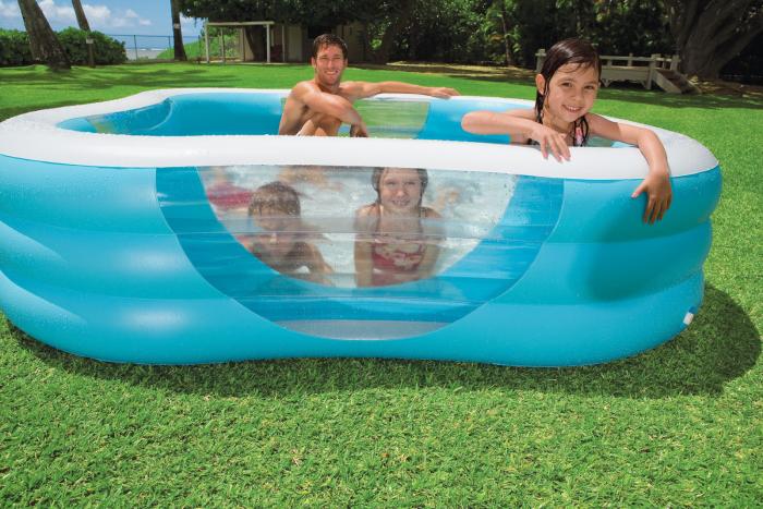 дети купаются в бассейне с дополнительными рёбрами жёсткости