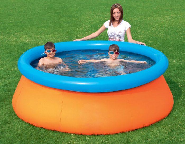 дети в бассейне с бортами-поплавками
