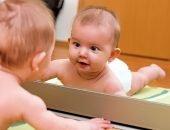 Ребёнок смотрится в зеркало