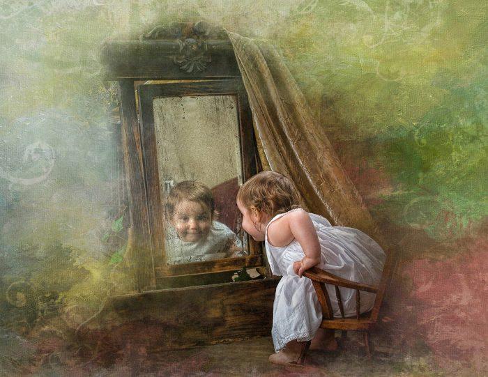 Девочка и зеркало на картине