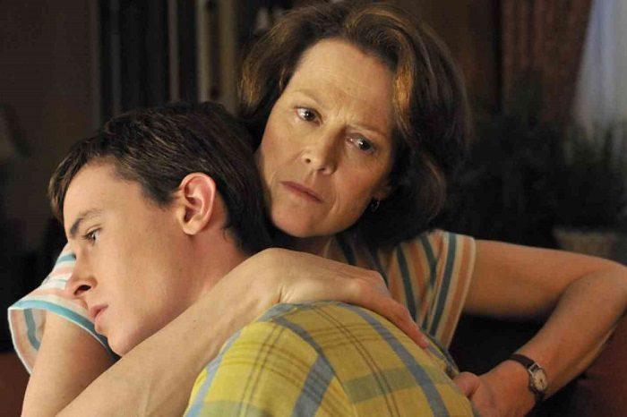 Мать обнимает взрослого сына