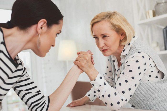 Свекровь и невестка борются на руках