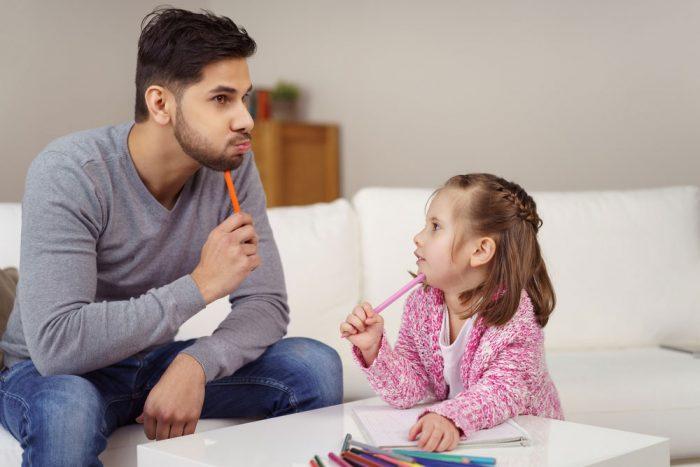 Девочка задаёт вопрос отцу