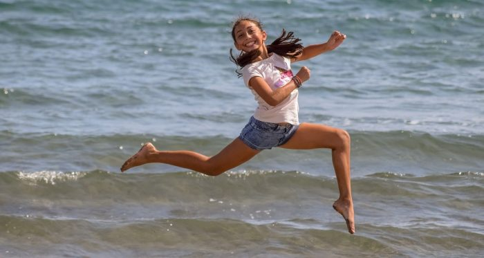 Девочка-подросток подпрыгнула над водой