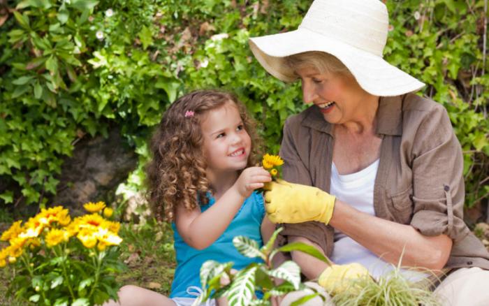бабушка и внучка на даче