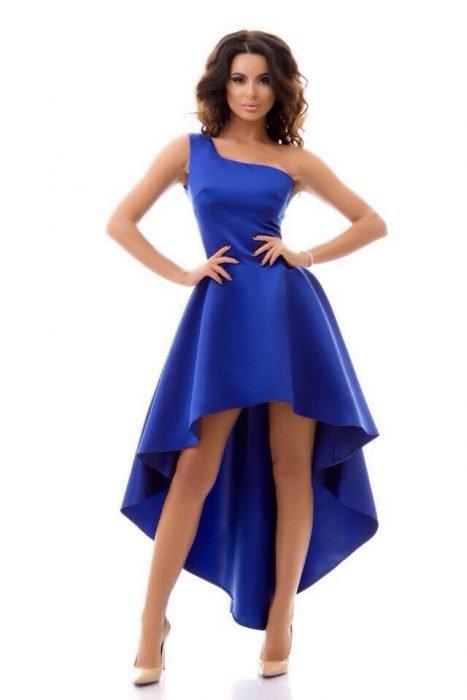 Девушка в синем платье mullet на одно плечо