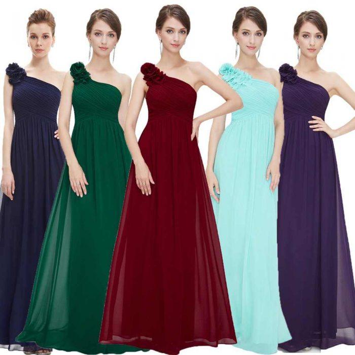 Пять девушек в длинных платьях на одно плечо