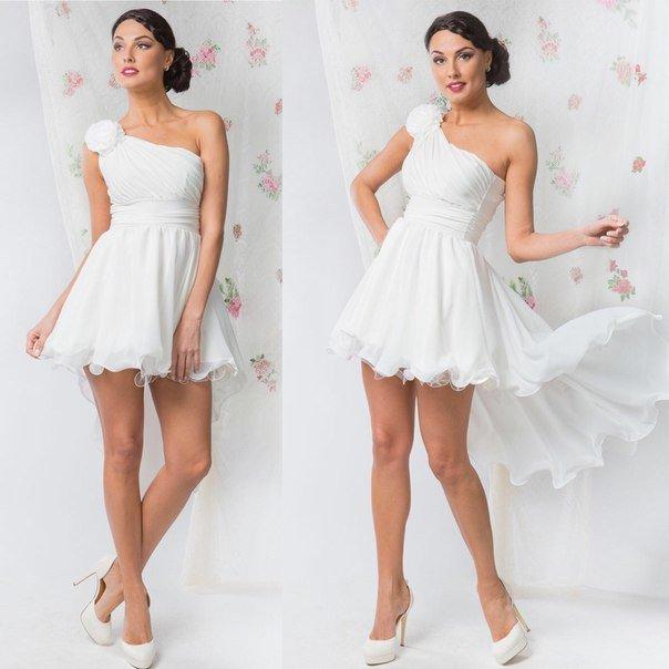 Девушка в белом коротком платье на одно плечо