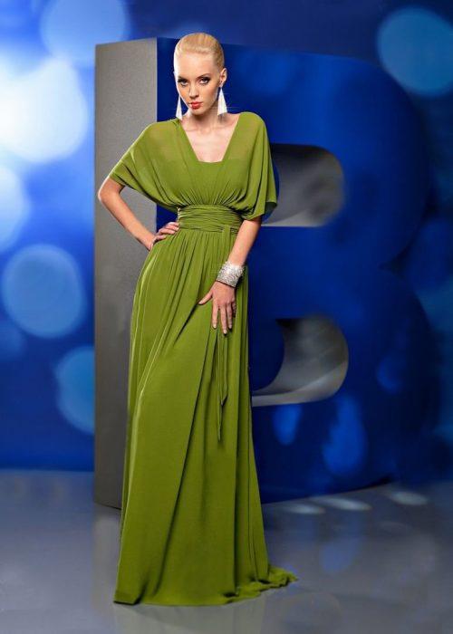 Девушка в длинном зелёном платье с рукавами «летучая мышь»