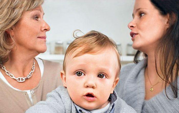 Невестка и свекровь обсуждают вопросы воспитания ребёнка