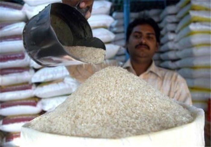 Индиец насыпает рис в мешок