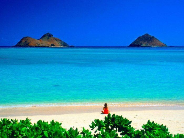Побережье Гавайских островов — девочка сидит на пляже