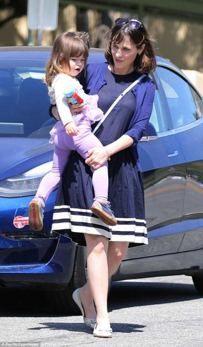 Зоуи Дешанель с дочкой
