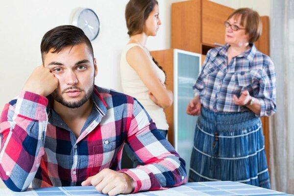 Мать разговаривает с дочерью, та недовольна, зять сидит с потерянным видом