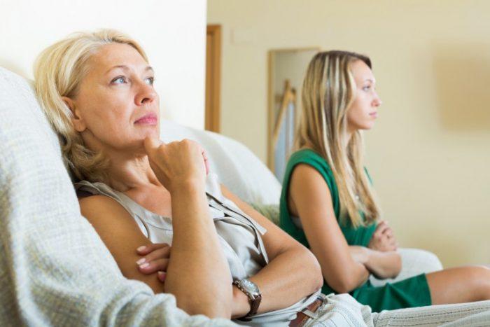 Мать о чём-то думает, рядом сидит молодая дочь