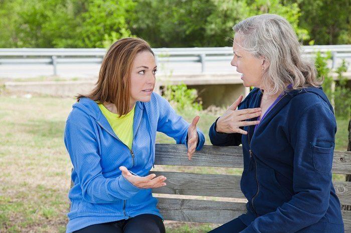 Мать и дочь эмоционально разговаривают, что-то доказывают друг другу