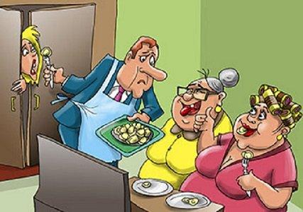 Мужчина угощает пельменями двух пожилых женщин