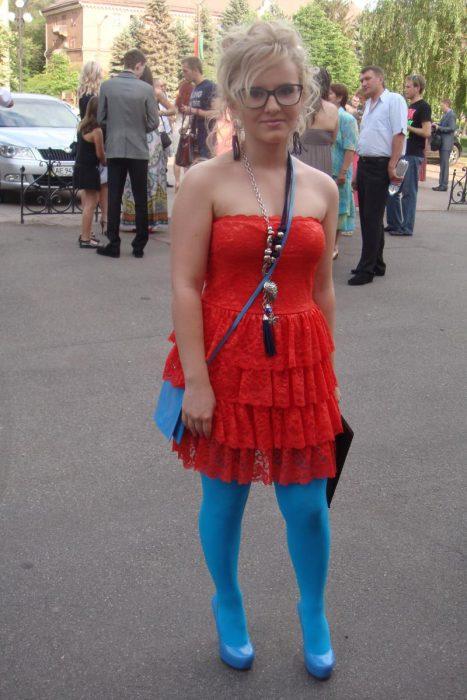 Девушка в красном платье, синих колготках и туфлях
