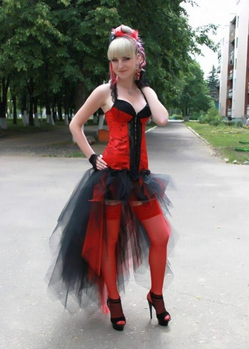 Девушка в нелепом выпускном платье