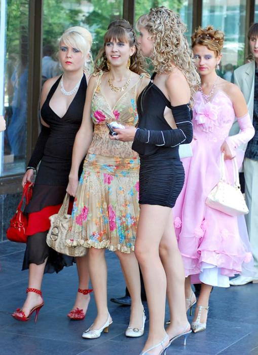 девушки в разных вечерних нарядах