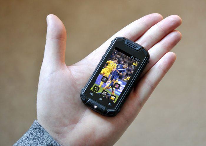 маленький смартфон на руке