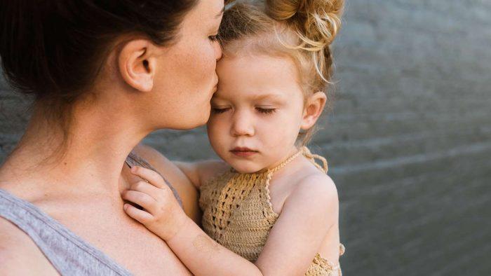 мама и дочка на руках