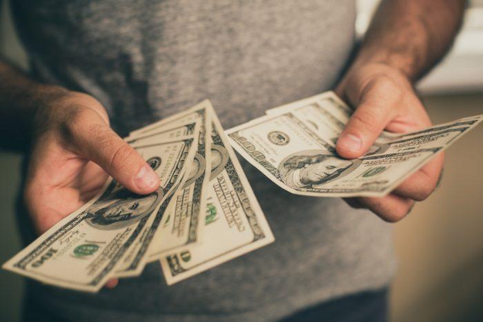 Мужчина одалживает деньги