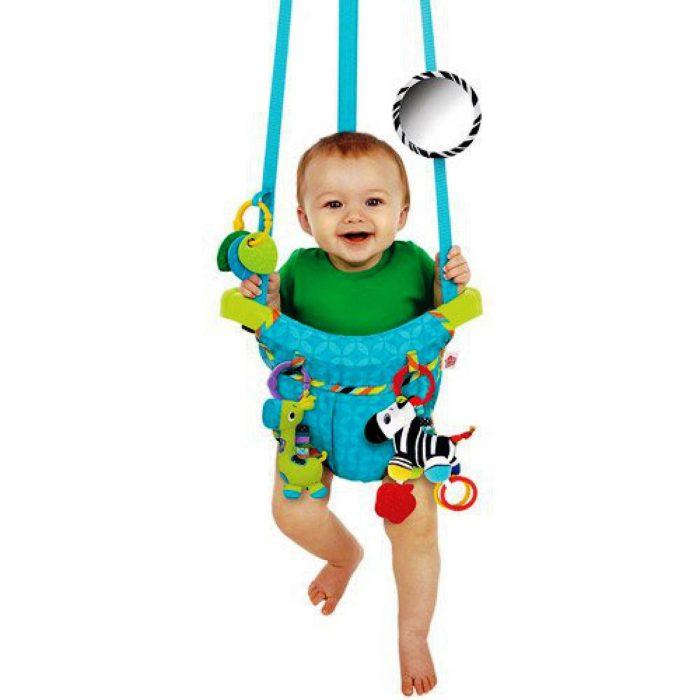малыш в подвесных прыгунках