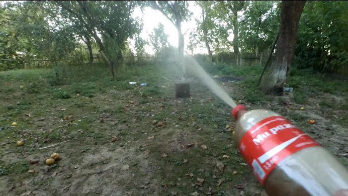 брызгалка из бутылки от лимонада