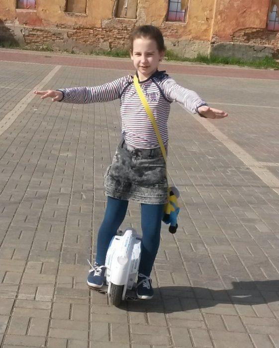 девочка на моноколесе