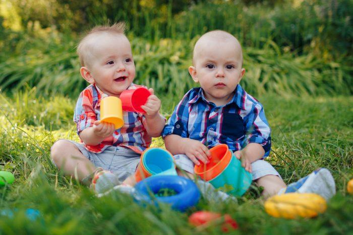 Дети сидят на траве