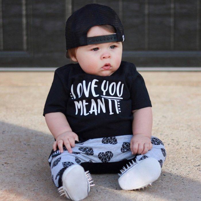 Ребёнок в чёрной одежде