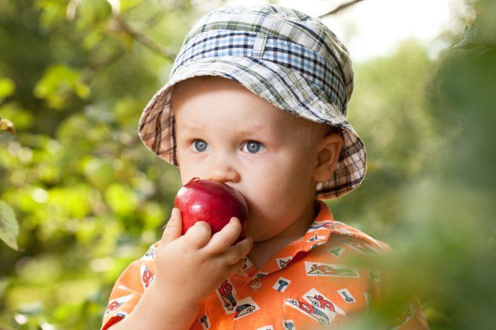 Ребёнок в летней шапочке