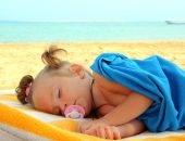 Ребёнок спит на пляже