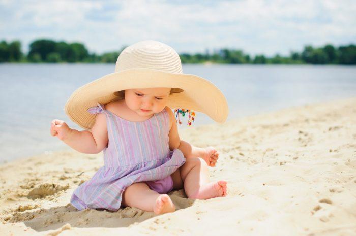 Маленький ребёнок на пляже
